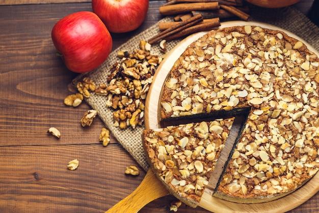 Torta caseira com sementes de papoila e flocos de amêndoa