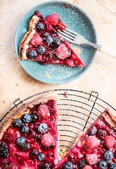 Torta caseira de frutas vermelhas em uma mesa de madeira