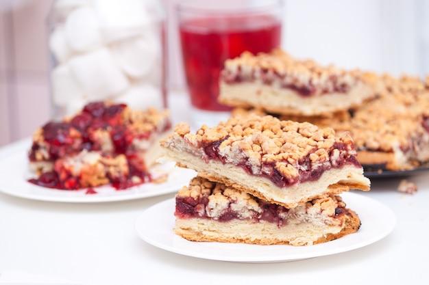 Torta caseira de shortcrust berry com crumble