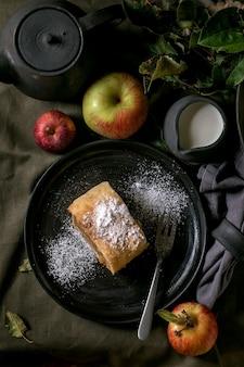 Torta caseira de strudel de maçã tradicional fatiada e maçãs