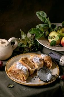 Torta caseira de strudel de maçã tradicional