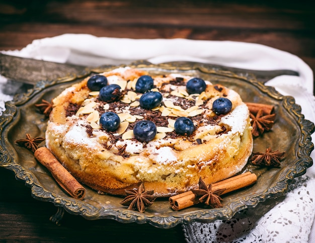 Torta caseira redonda com mirtilos