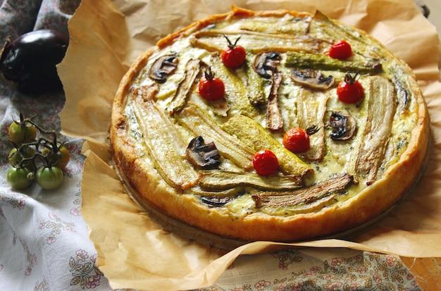 Torta caseira vegetariana com legumes laminados coloridos