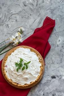 Torta com bagas e crosta de gelo, creme chantilly. torta aberta. comida de verão, sobremesa de casamento.