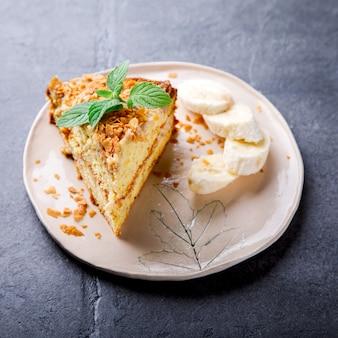 Torta com banana, cobertura de chocolate e hortelã fresca