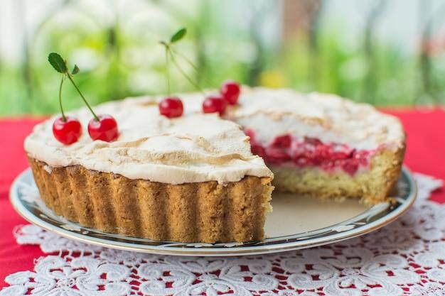 Torta com cereja e merengue