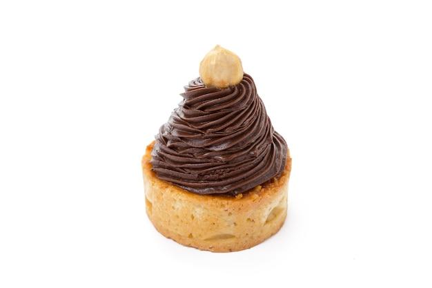 Torta com chocolate e nozes isoladas no fundo branco