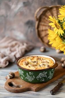 Torta com cogumelos em uma mesa de madeira,