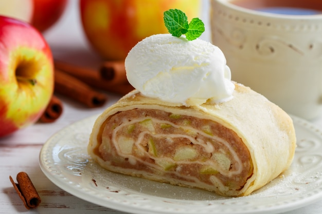 Torta com maçã e sorvete de canela e baunilha