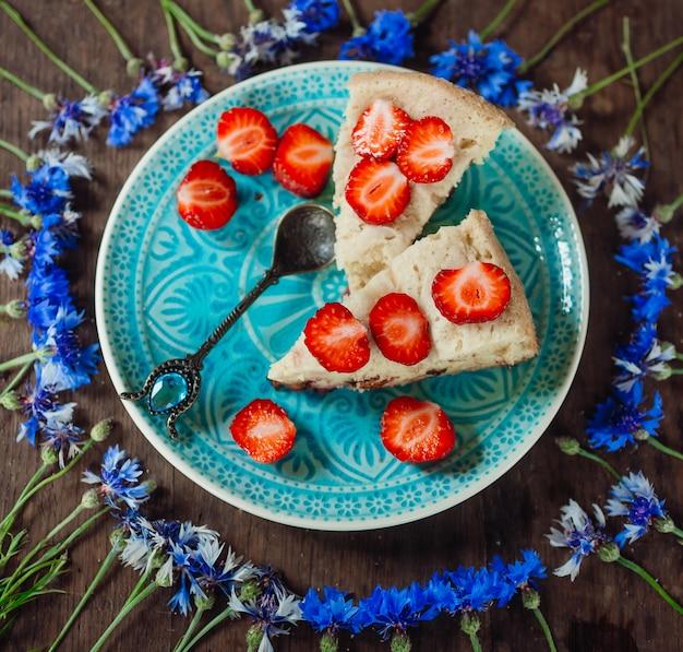 Torta com morango no prato azul