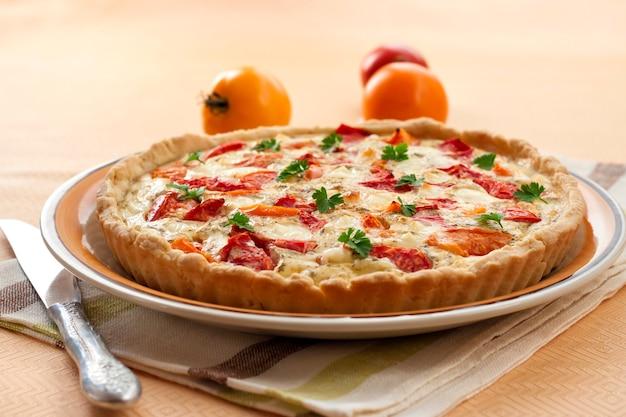 Torta com queijo de ovelha salgado e tomate
