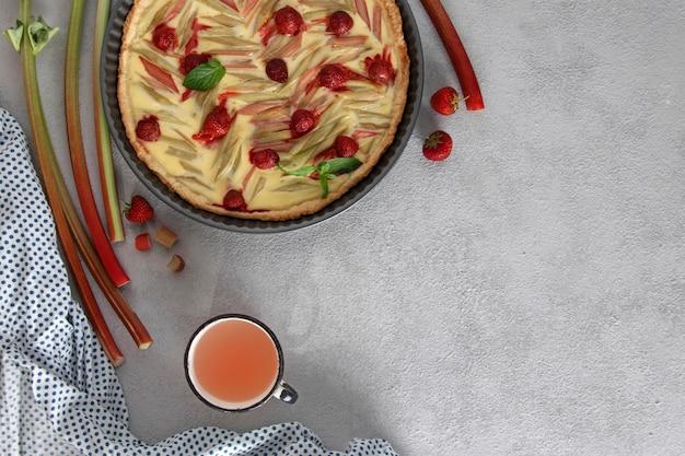 Torta com ruibarbo e morangos. torta caseira, vista superior, copie o espaço