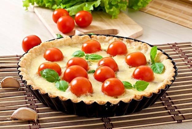 Torta com tomate e queijo com manjericão