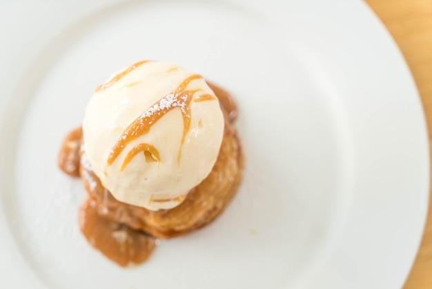 Torta crocante com sorvete de baunilha e calda de caramelo