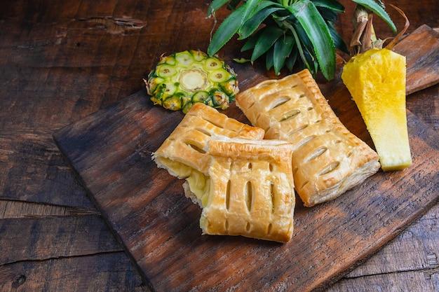 Torta de abacaxi e fruta de abacaxi
