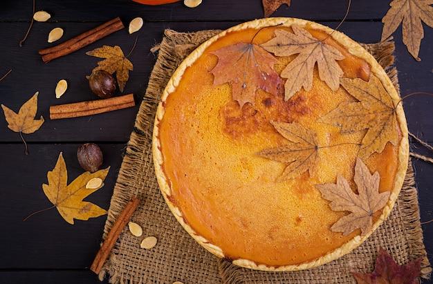 Torta de abóbora caseira americana. comida de ação de graças. vista do topo. lay plana