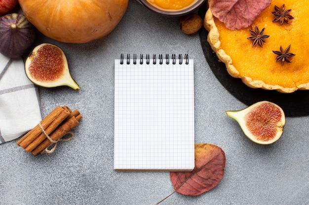 Torta de abóbora e caderno vazio