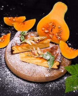 Torta de abóbora em uma placa de madeira