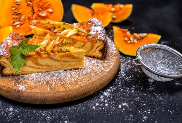 Torta de abóbora em uma tábua de madeira redonda