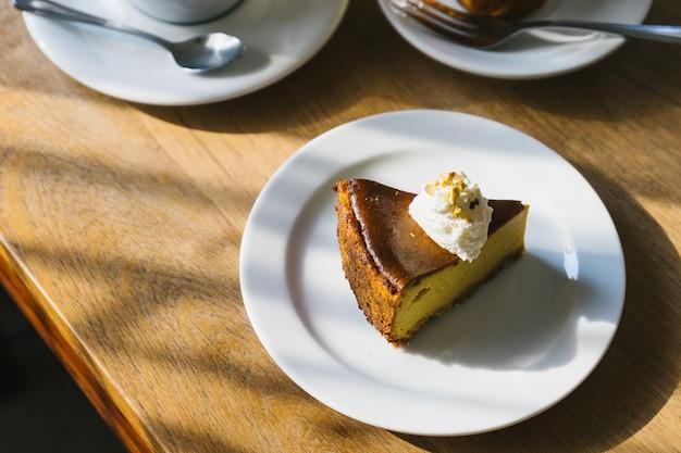 Torta de abóbora na mesa de madeira com a luz da tarde.