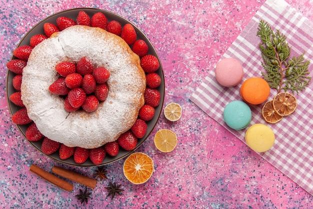 Torta de açúcar em pó e bolo de morango com macarons franceses rosa