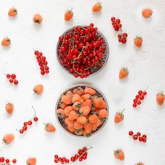 Torta de alcatrão caseiro de verão berry, frutas diferentes, framboesa dourada, amora, groselha, framboesa e groselha preta, vista superior