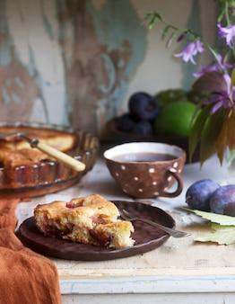 Torta de ameixa ou bolo com canela e açúcar