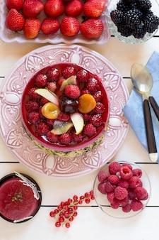 Torta de amora com bagas na mesa