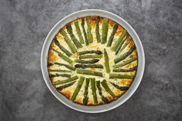 Torta de aspargos vegan na mesa