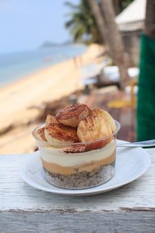 Torta de banoffee no restaurante de praia