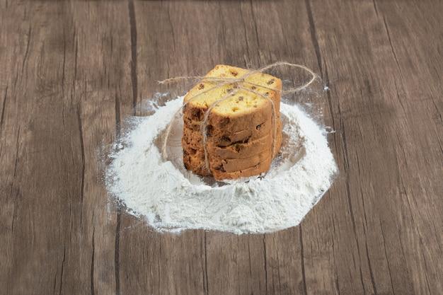 Torta de baunilha doce e farinha de ingrediente principal por perto