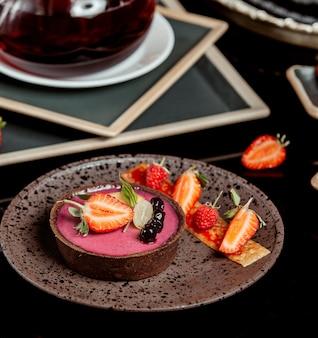 Torta de berry decorada com morango e uva