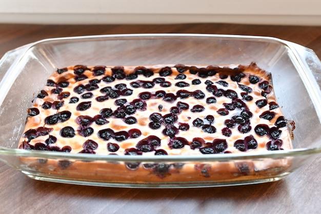Torta de berry em uma tigela de vidro. bolo caseiro caseiro crumble na tigela de vidro. recém-cozido. sobremesa orgânica