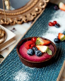 Torta de berry, guarnecida com amora e morango e framboesa
