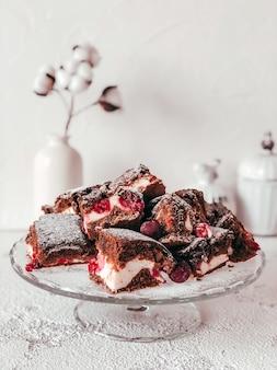 Torta de brownie caseira com cream cheese e cerejas