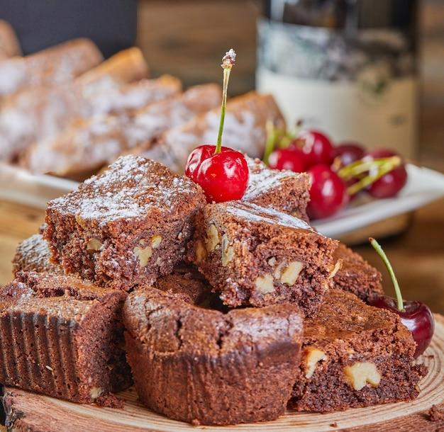 Torta de brownie com recheio de chocolate e cereja, guarnecida com cerejas.