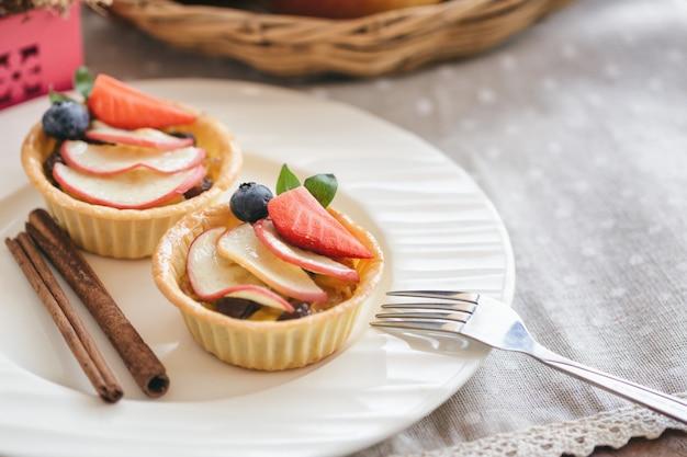 Torta de caramelo de maçã caseira com morango de maçã