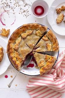 Torta de cereja assada gostosa, sobremesa caseira de ação de graças
