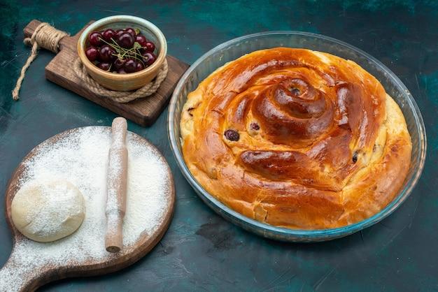 Torta de cereja deliciosa com dlour de massa e cerejas frescas no escuro
