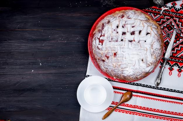 Torta de cereja em uma forma redonda de vidro, bolo de fermento
