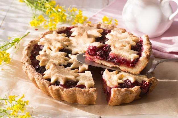 Torta de cereja na mesa de madeira