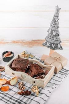 Torta de chocolate com árvore de natal de brinquedo