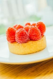 Torta de creme de sobremesa doce com framboesa no topo