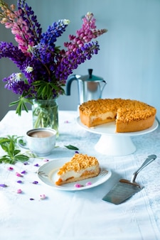 Torta de damasco cozida com massa de shortcake