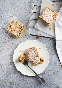 Torta de doce pedaço de bolo com geléia de frutas e streusel em chapa branca