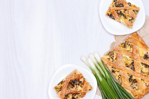Torta de espinafre ou spanakopita com espinafre, queijo, ovos, cebola. postura plana.