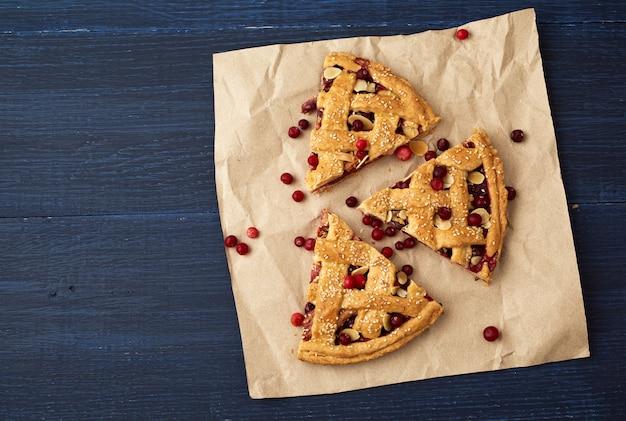 Torta de fatia de cranberry na mesa de madeira azul