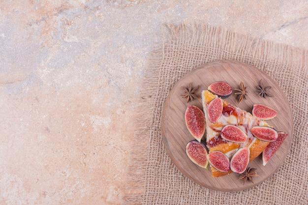 Torta de figos em travessa de madeira