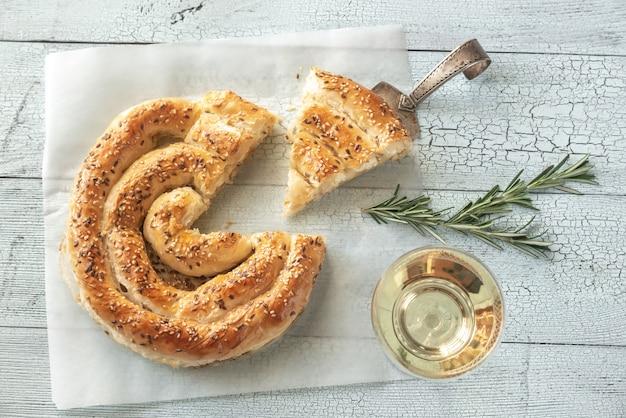 Torta de filo em espiral com queijo feta