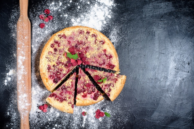 Torta de framboesa com framboesas maduras em comida caseira com queijo cottage no escuro